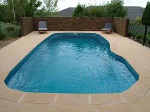 Бассейн во дворе частного дома и виды бассейнов, фото