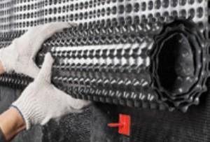 Гидроизоляция фундамента рулонными материалами - общие принципы и пошаговые инструкции