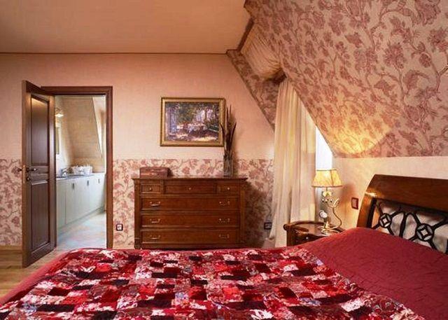 Интерьер спальни с обоями двух видов - попробуйте поэкспериментировать!