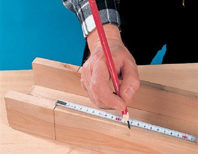 Как сделать угол потолочного плинтуса - варианты с использованием стусла и без него
