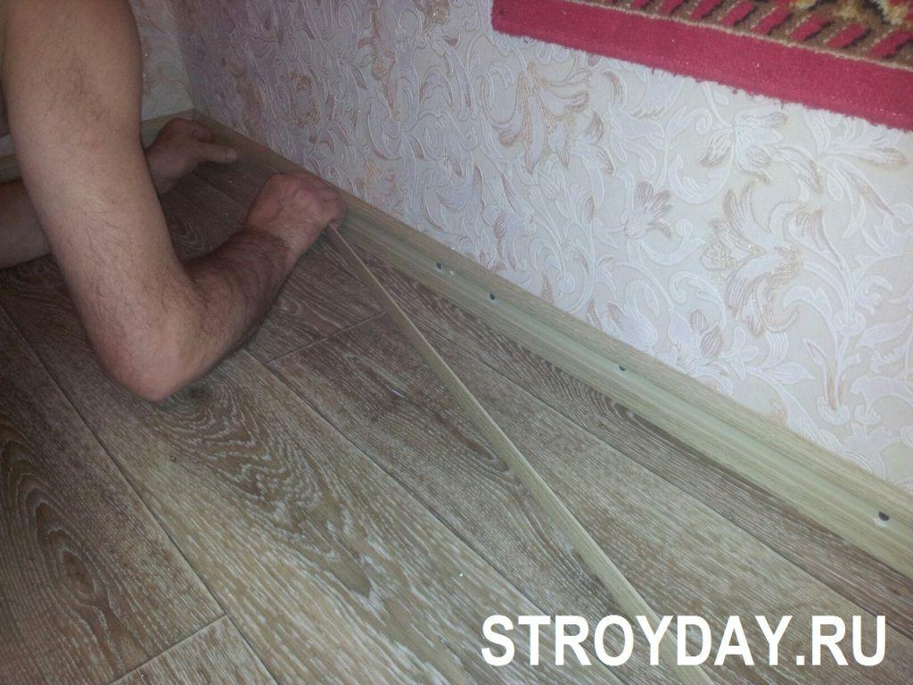 Как выровнять пол и постелить линолеум в квартире своими руками - инструкция