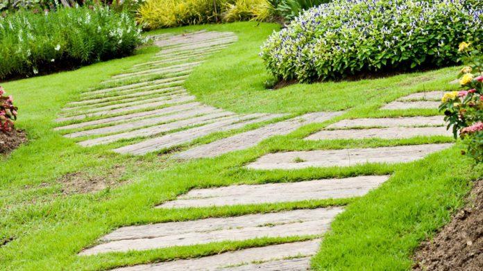 Красивый ландшафтный дизайн тропинок в загородном доме