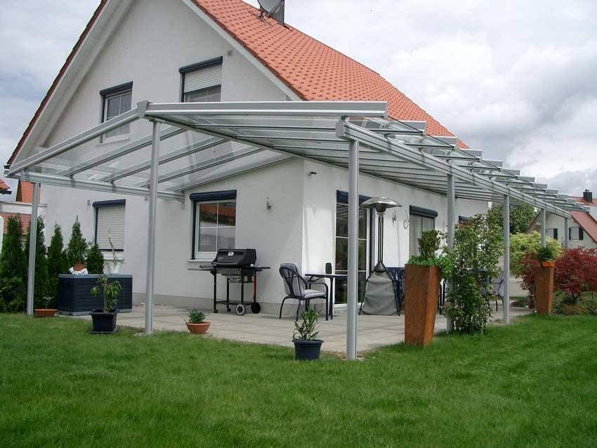 Навесы из поликарбоната во дворе частного дома: фото оригинальных конструкций
