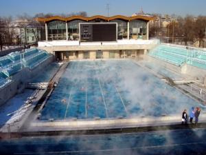 Открытый бассейн с подогревом воды, фото