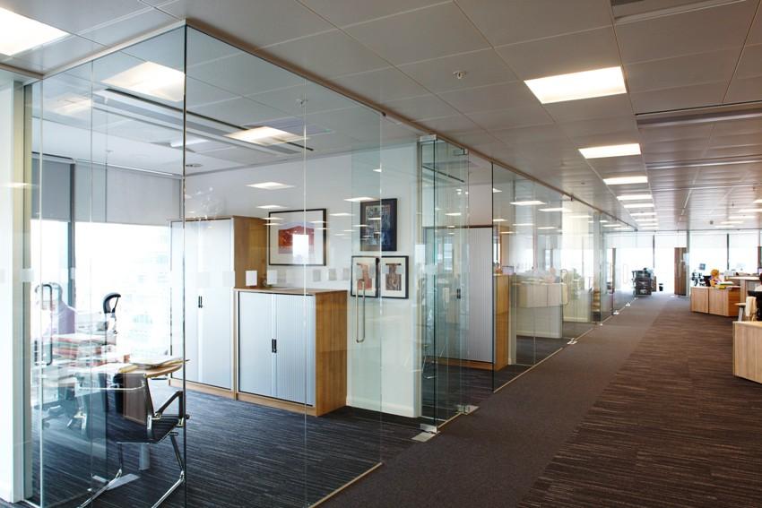 Перегородка из стекла в интерьере: изящность и легкость прозрачных конструкций
