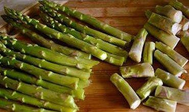 Салат из спаржи, рукколы и сыра феты или брынзы