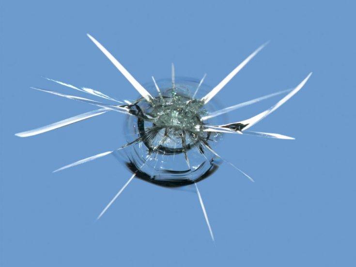 Как устранить трещину на лобовом стекле