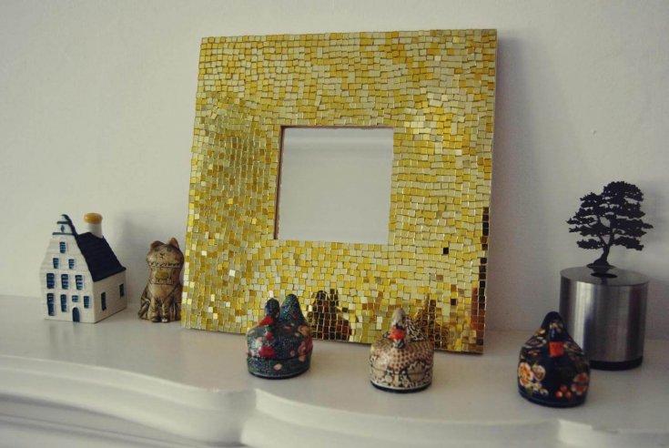 рамка из битой посуды, декорирование ракушками, декор камнями