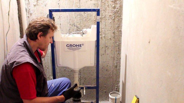выбор унитаза, установка, сборка и установка бачка, подключение воды.
